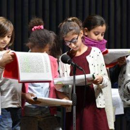 Les enfants lisent la littérature contemporaine