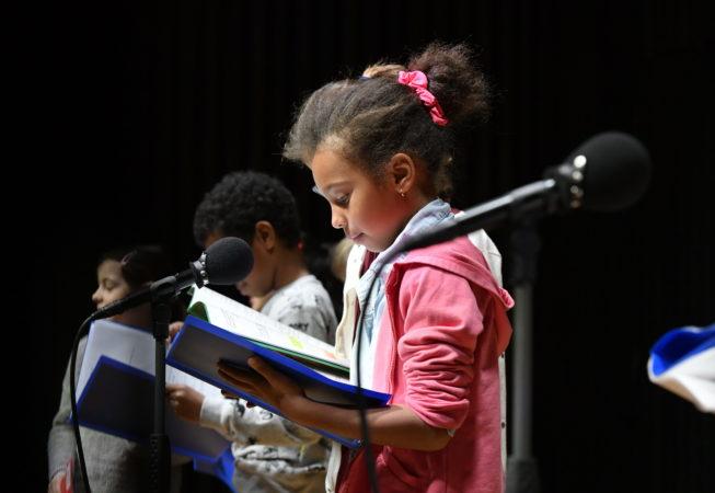 Les enfants lisent des textes contemporains sur scène