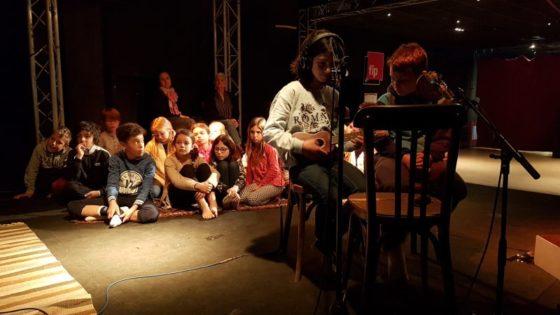 Les enfants lisent leurs créations en musique